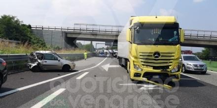 VENARIA-BORGARO - Il cofano si apre allimprovviso, sbanda con lauto e colpisce un tir: ferito