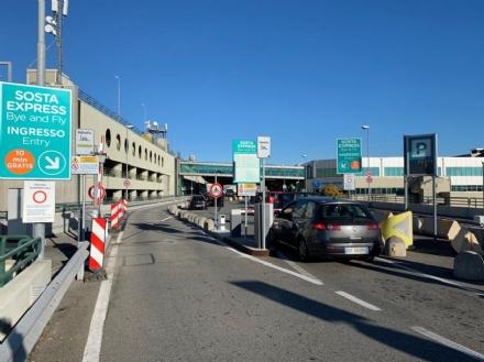 CASELLE - Sabato di ordinaria follia in aeroporto: code e proteste nel parcheggio «Bye and Fly»
