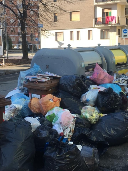 VENARIA - Rifiuti non raccolti in via Buozzi e via Diaz: insorgono i cittadini