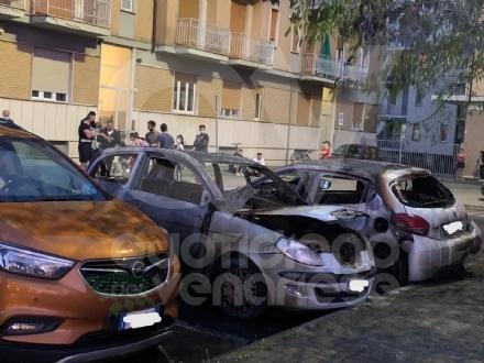 RIVOLI - Dopo mesi, le auto tornano ad essere distrutte dalle fiamme - FOTO