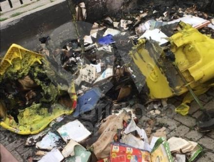VENARIA - A fuoco i bidoni della raccolta rifiuti in via Tiziano