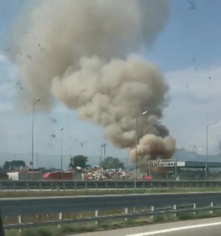 SAVONERA-COLLEGNO - Ennesimo incendio alla ex Publirec: colonna di fumo visibile dalla tangenziale