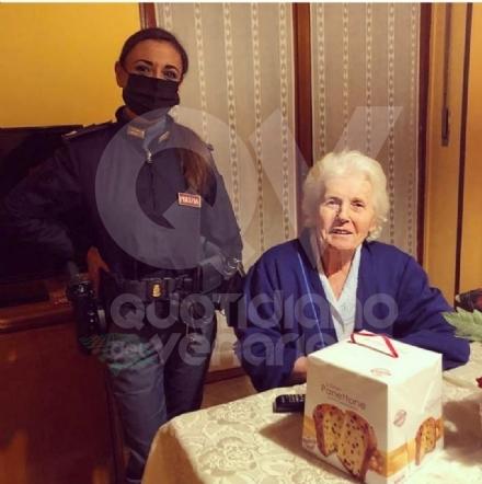 RIVOLI - Sola in casa e senza corrente, 80enne chiama la polizia e gli agenti la aiutano