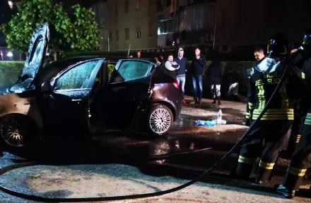VENARIA - Auto distrutta dalle fiamme alle case Fiordaliso di via Buozzi