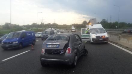 TANGENZIALE - La 500 si ribalta nel traffico: una donna e due bambine finiscono in ospedale