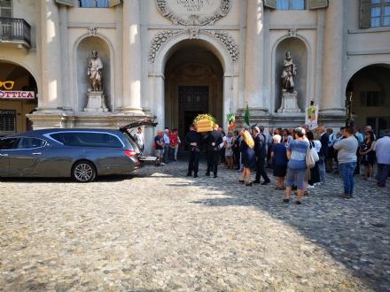 VENARIA - Una folla per lultimo saluto a Carla Re