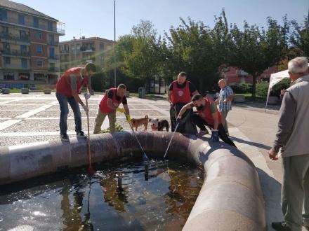 VENARIA - I militanti di CasaPound ripuliscono la fontana di piazza Pettiti
