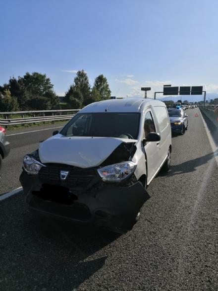 COLLEGNO - Maxi tamponamento in tangenziale : cinque mezzi coinvolti, un ferito