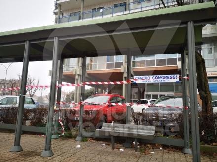 BORGARO - Idioti in azione: divelti i cestini, in frantumi una fermata del bus