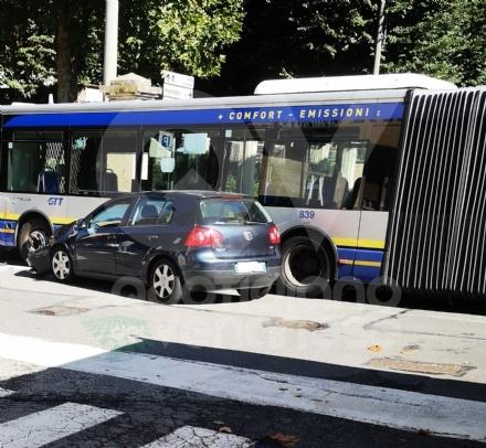 VENARIA - Ancora un incidente in via Zanellato: scontro fra un autobus e una Golf
