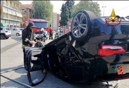 COLLEGNO - Sbaglia manovra e si ribalta con la propria automobile: salvato dai vigili del fuoco