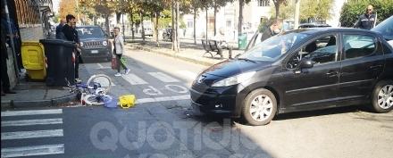 VENARIA - Ciclista in ospedale dopo limpatto con lauto: trascinata per una ventina di metri