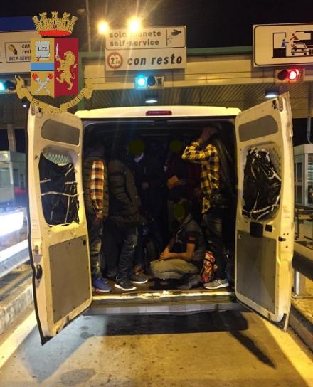 RIVOLI - Nel furgone in sosta al casello autostradale erano nascoste 27 persone