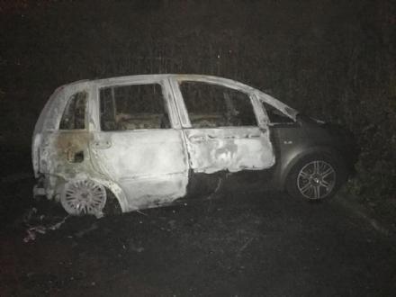 RIVOLI - A Cascine Vica cè un piromane: bruciata la macchina del parroco