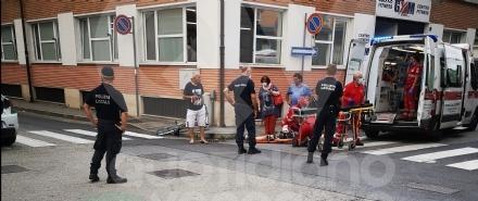 VENARIA - Scontro auto-bici allangolo tra via Zanellato e via Silva: 14enne in ospedale