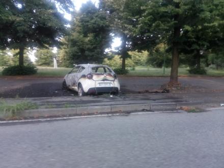 VENARIA - Auto distrutta dalle fiamme in via Amati