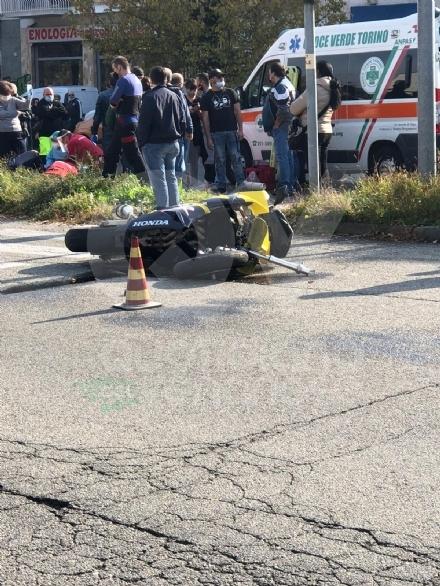 TRAGEDIA A COLLEGNO - Scontro moto-auto lungo corso Francia: perde la vita un centauro