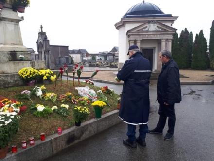 VENARIA - Falcone toglie i fiori messi da CasaPound al cimitero: «no a rigurgiti nostalgici»