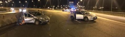 RIVOLI - Il furgone perde parte del carico: quindici auto coinvolte, quattro feriti