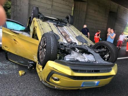 COLLEGNO - Incidente in tangenziale: tre veicoli coinvolti, unauto ribaltata e quattro feriti