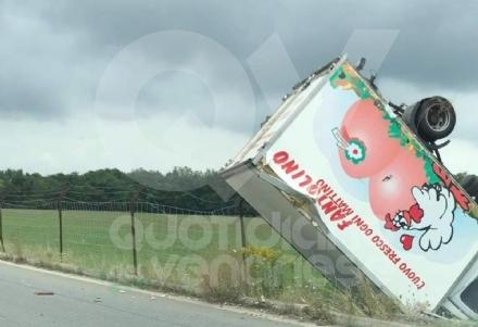 DRUENTO-ROBASSOMERO - Il furgone pieno di uova finisce fuori strada lungo la Direttissima