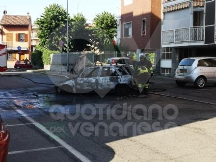 GRUGLIASCO - Auto distrutta dalle fiamme in via Tobanelli