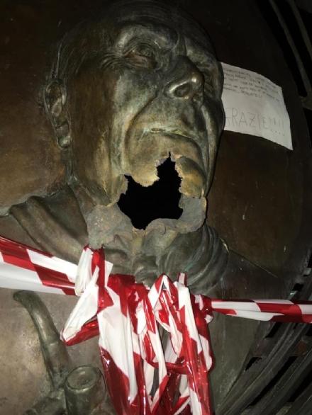 COLLEGNO - Vandali della statua di Pertini, Di Filippo: «Ci sono le telecamere. Troviamo i colpevoli»