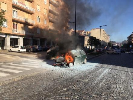 RIVOLI - Paura in corso Susa: Fiat Punto prende fuoco mentre è in marcia - FOTO E VIDEO
