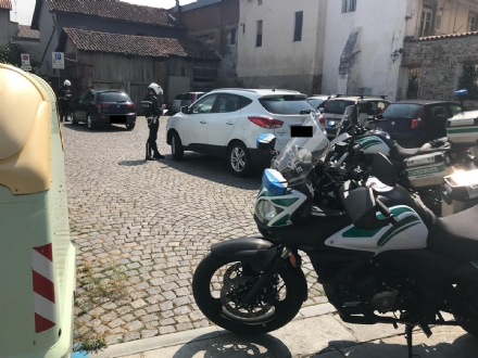 VENARIA - Sosta selvaggia blocca la raccolta differenziata: multate due auto