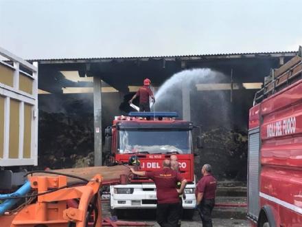 BORGARO - Incendio cascinale: proseguiranno fino a notte fonda le operazioni di messa in sicurezza