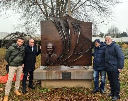 COLLEGNO - Dopo il raid vandalico, riposizionato il monumento dedicato a Sandro Pertini