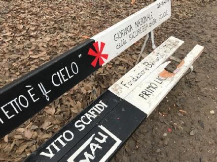 PIANEZZA-RIVOLI - Vandalizzata la panchina dedicata a Vito Scafidi di piazza Chiaves a Torino