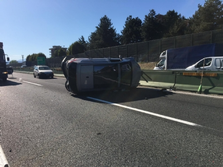 COLLEGNO - Incidente in tangenziale: tre auto coinvolte, una ribaltata e tre feriti
