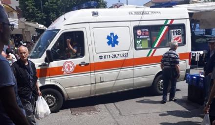 VENARIA - Donna cade al mercato e batte la testa: torna il problema sicurezza in viale Buridani
