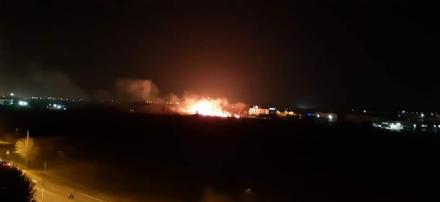 RIVOLI - Incendio in un campo: chiusa la carreggiata in corso Allamano