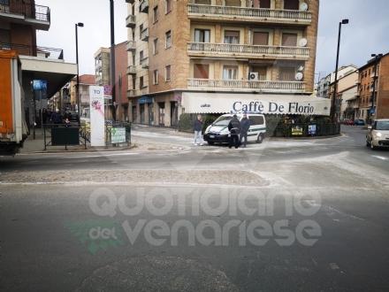 VENARIA - Autobus perde il gasolio e provoca il tamponamento fra tre auto