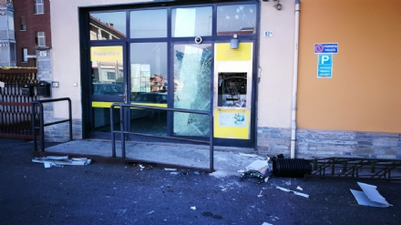 MAPPANO - Ladri fanno esplodere il bancomat dellufficio postale: poi scappano con il bottino