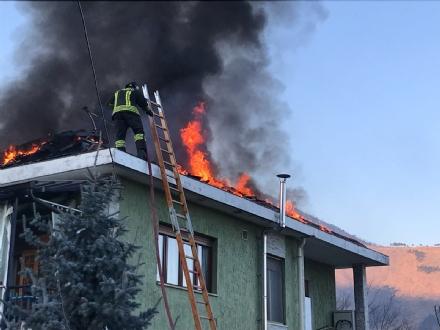 VAL DELLA TORRE - Brucia il tetto di una villetta: i vigili del fuoco hanno evitato la distruzione