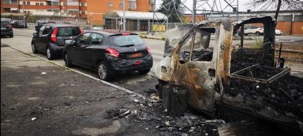 VENARIA - Camper distrutto dalle fiamme in via Bassi: daneggiata anche unauto
