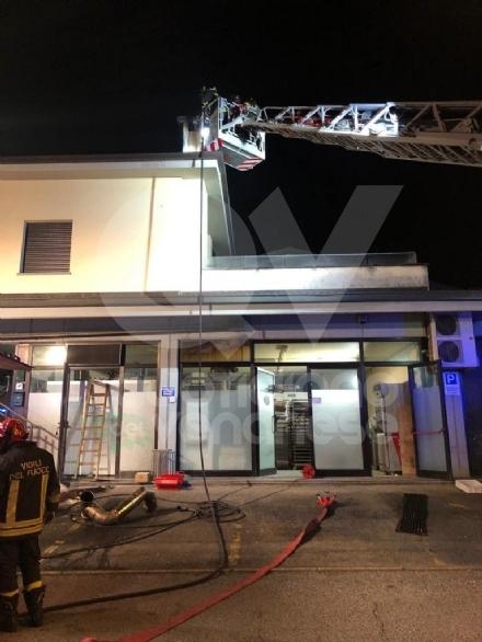 ALPIGNANO - A fuoco il tetto della panetteria di via Garibaldi: ingenti i danni