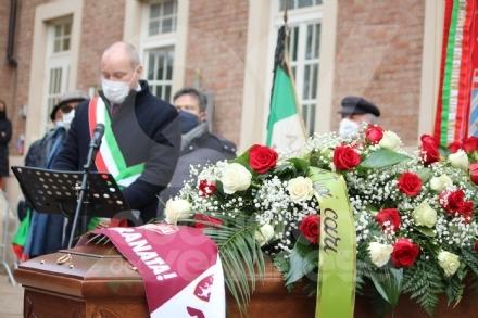 COLLEGNO - I funerali di Ottorino Cirella: rose rosse e un drappo granata sulla bara - FOTO