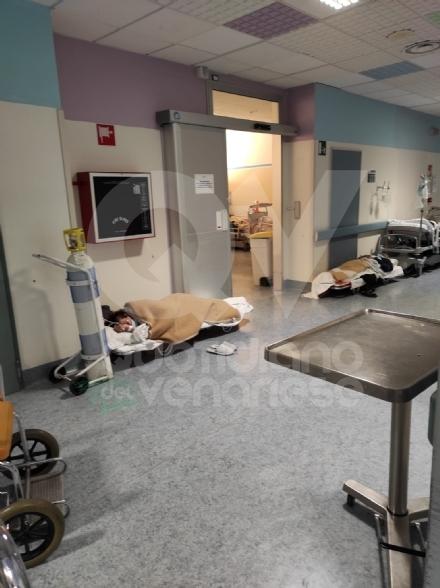 RIVOLI - Notte da incubo in ospedale: al Dea i pazienti Covid costretti a rimanere per terra FOTO