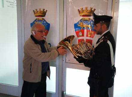 VENARIA - Riconsegnato il corno al musicista derubato: «Grazie ai Carabinieri di Venaria»