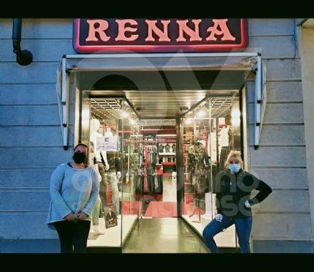 RIVOLI - Serrande alzate dei negozi per protesta: «Se non riapriamo muore il 50% del commercio cittadino»