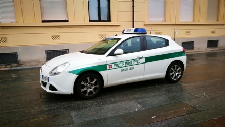 VENARIA - Fucile da sub e fiocina nascosti in auto: denunciato dalla polizia municipale