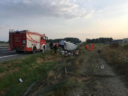 COLLEGNO-VOLPIANO - Furgone carico di frutta finisce fuori strada: 42enne rimasto ferito
