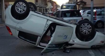 COLLEGNO - Incidente tra via Costa e via Battisti. Un giovane rimasto ferito