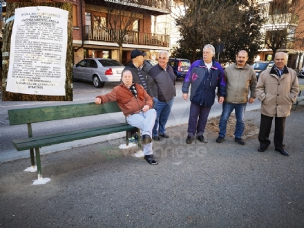 VENARIA - I pensionati sono «rumorosi»: il sindaco fa spostare la panchina di corso Matteotti