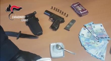PIANEZZA - Il bar ha la saracinesca alzata: i carabinieri trovano la droga. Arrestati i titolari