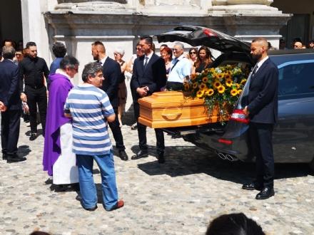 VENARIA - Una città in lacrime per lultimo saluto a Maggie Maria Salamone - FOTO